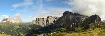 Panorama van een bergmassief in de Dolomieten van