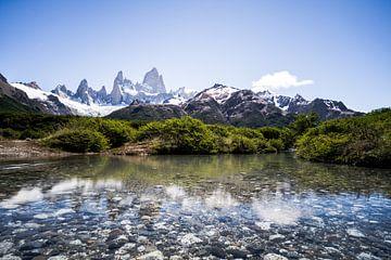 Kristalheldere rivier met uitzicht op de Andes van Shanti Hesse