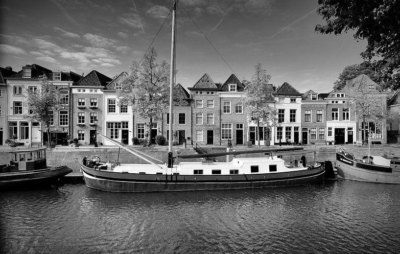 De Brede Haven van Den Bosch ( zwart/wit ) op een zonnige herfstdag van Jasper van de Gein Photography