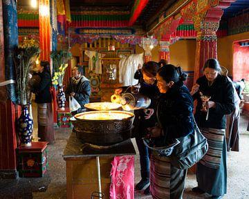 Offeren van yakboter in Tibetaans klooster van Patrick Lauwers