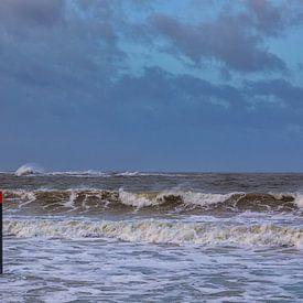Strand paal 13 in de storm en hoog water van Bram van Broekhoven