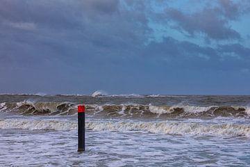 Strand paal 13 in de storm en hoog water van