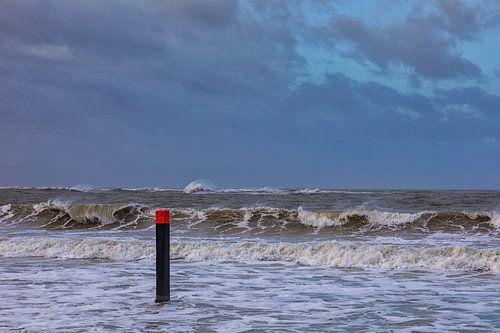 Strand paal 13 in de storm en hoog water