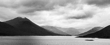Aus dem Wasser ragende Berge in Schottland Schwarz-Weiß-Fotodruck von Manja Herrebrugh - Outdoor by Manja