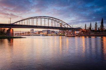 Schilderachtig beeld van de Arnhemse Rijnbrug
