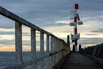 Robuuste steiger in Vlissingen bij zonsopkomst van Eugenlens