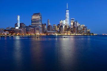 Manhattan Skyline in de avond van