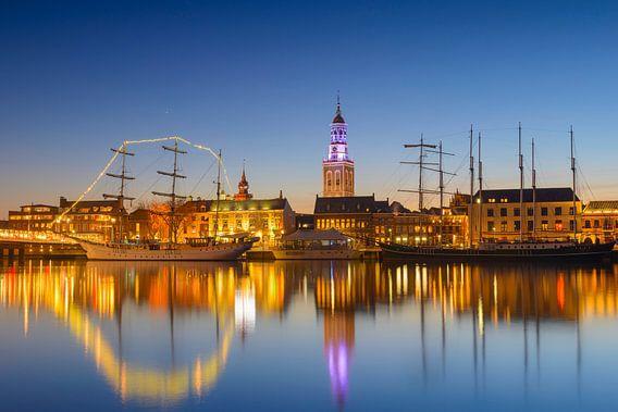 Hanzestad Kampen in de avond gezien vanaf de IJssel