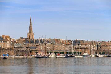 Saint-Malo stadsgezicht in de zomer von Dennis van de Water