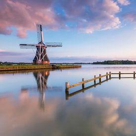 Landschap, zonsondergang bij molen met weerspiegeling in het water van Marcel Kerdijk