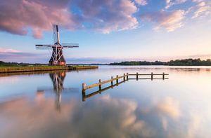 Landschap, zonsondergang bij molen met weerspiegeling in het water