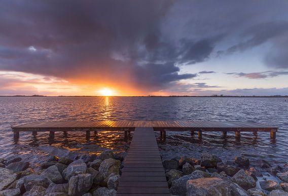 Landschap, zonsondergang bij steiger van Marcel Kerdijk