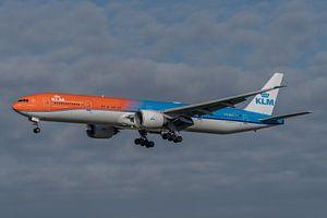 Boeing 777-300 van de KLM, de Orange Pride, hier gefotografeerd in de landing op de Zwanenburgbaan.