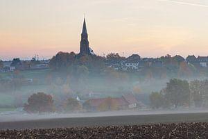 kerk van Vijlen op een mistige herfstochtend