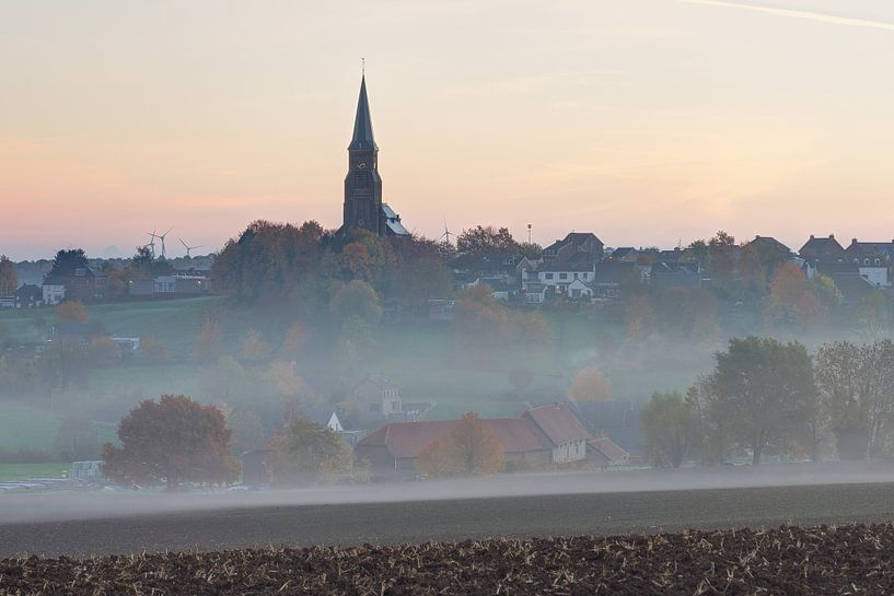 kerk van Vijlen op een mistige herfstochtend van Francois Debets