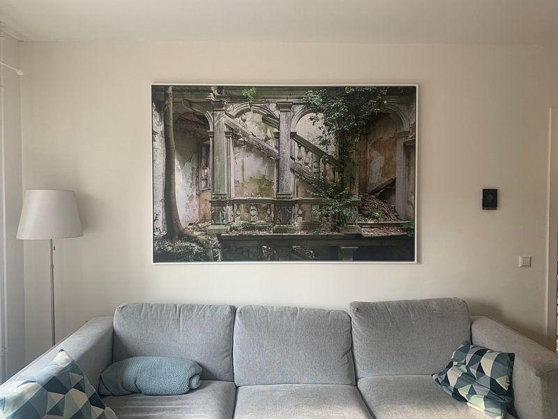 Klantfoto: Verlaten Trappenhal met grote boom in. van Kristof Ven