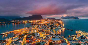 Zonsondergang, Alesund, Noorwegen van Henk Meijer Photography