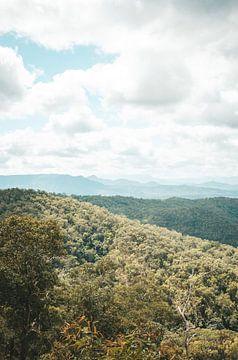 Schöne Aussicht über die Berge in Australien von Amber Leeman