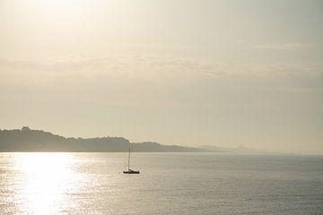 Die aufgehende Sonne auf dem portugiesischen Meer, eine goldene Kombination von Michel Geluk