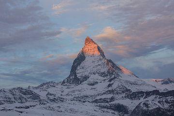 Alpine Glow Dawn op de Matterhorn van Martin Steiner