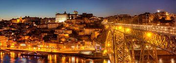 Ponte Dom Luis I en de oude stadswijk Ribeira in Abendd�mmerung, Porto, district Porto, Portugal, Eu van Torsten Krüger