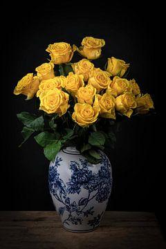 Stilleven met bloemen: gele rozen in Delfts blauwe vaas