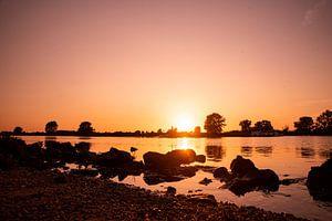 Zonsondergang aan de rivier de Maas bij Gewande