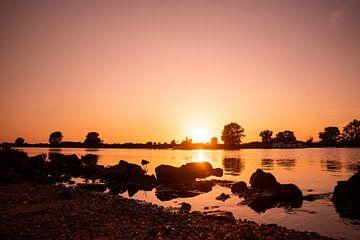 Sonnenuntergang auf der Maas bei Gewande von Chris Heijmans
