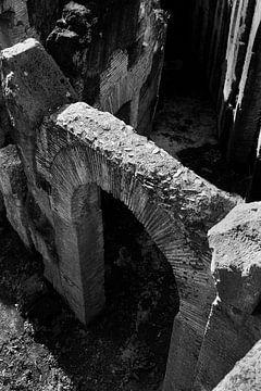 Ein Tor im Kolosseum, Rom | Schwarz-Weiß-Fotografie I Reisefotografie von Diana van Neck Photography
