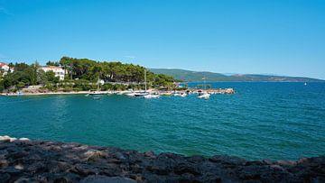 Vue de la plage de Punta Di Galetto depuis les murs de la ville de Krk
