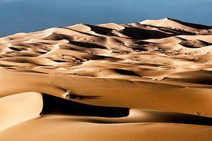 zandduinen bij dageraad in de woestijn van de Sahara in Marokko