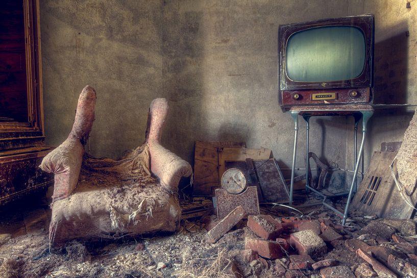 Fernseher in verlassenem Raum. von Roman Robroek