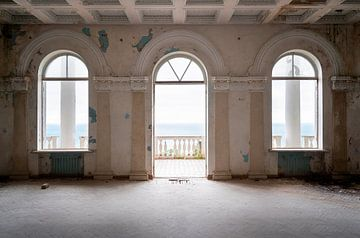 Balcon abandonné à la mer Noire. sur Roman Robroek