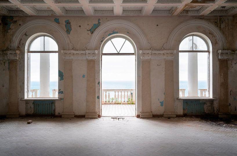 Verlassener Balkon beim Schwarzen Meer. von Roman Robroek