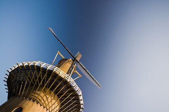 Molen tegen een strak blauwe lucht van Pieter van Roijen