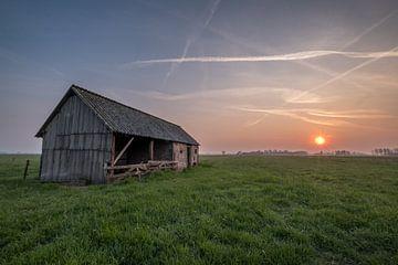Schuur in weiland met zonsopkomst 01 von Moetwil en van Dijk - Fotografie