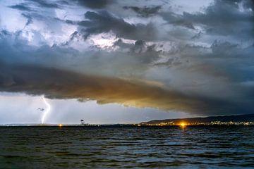 Blitze und Gewitter am Balaton in Ungarn. Abends Nachts. Blick auf Keszthely