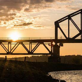 Detail einer Brücke bei Sonnenuntergang von Patrick Verhoef