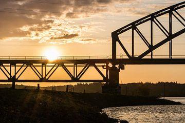 Silhouet van een brug tijdens zonsondergang