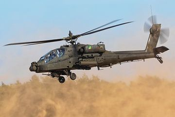 Ein Apache-Kampfhubschrauber wirbelt Staub auf! von Jimmy van Drunen