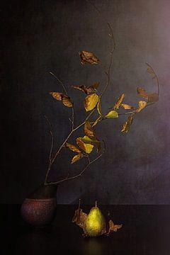 Herbststilleben mit Birnen- und Herbstzweigen. von Saskia Dingemans