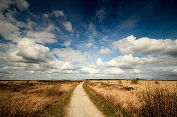 Wolken over het wijde drentse landschap