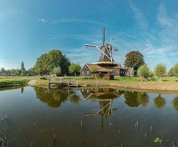Pelmolen Ter Horst spiegelend in de Midden-Regge, Rijssen, , Overijssel, Nederland van Rene van der Meer