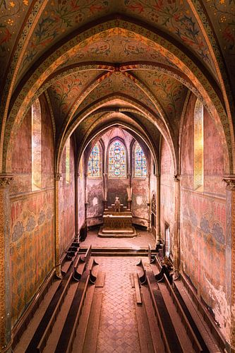 Verlaten Kerk met Paarse Tint. van Roman Robroek