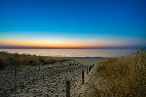 Strandopgang en zee en zon