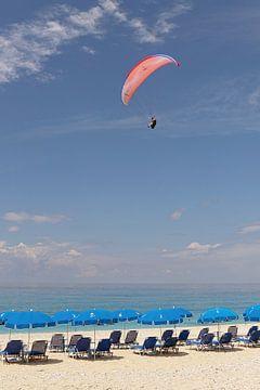 Paragliding über dem Strand an einem schönen Sommertag von