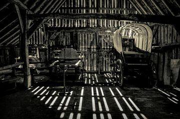 Huifkar in oude schuur van Leo Huijzer
