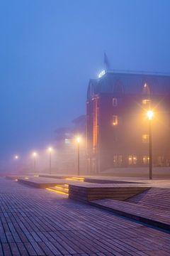 Hotel in de mist, Houthavens, Amsterdam van Lizzy Komen