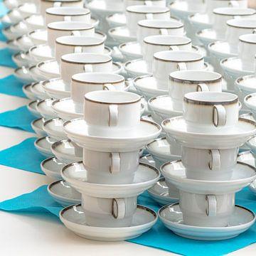 Witte koffiekopjes met bordstandaard op een rijtje gestapeld van Hans-Jürgen Janda