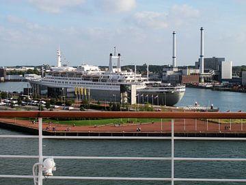 SS Rotterdam gefotografeerd van af de huidige MS Rotterdam